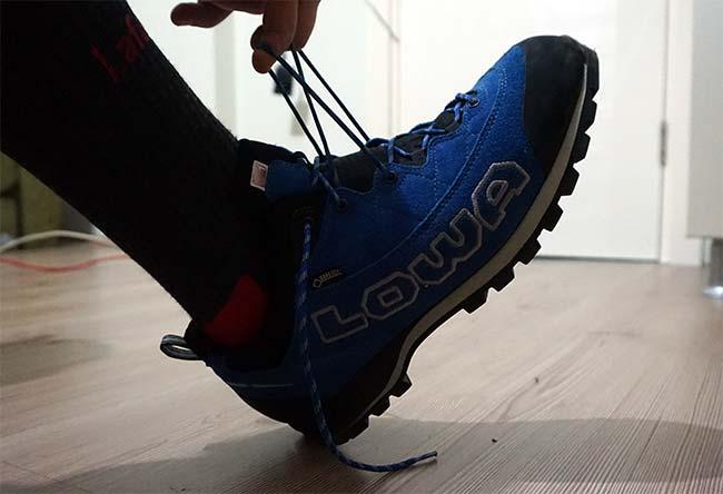ayakkabi giymek