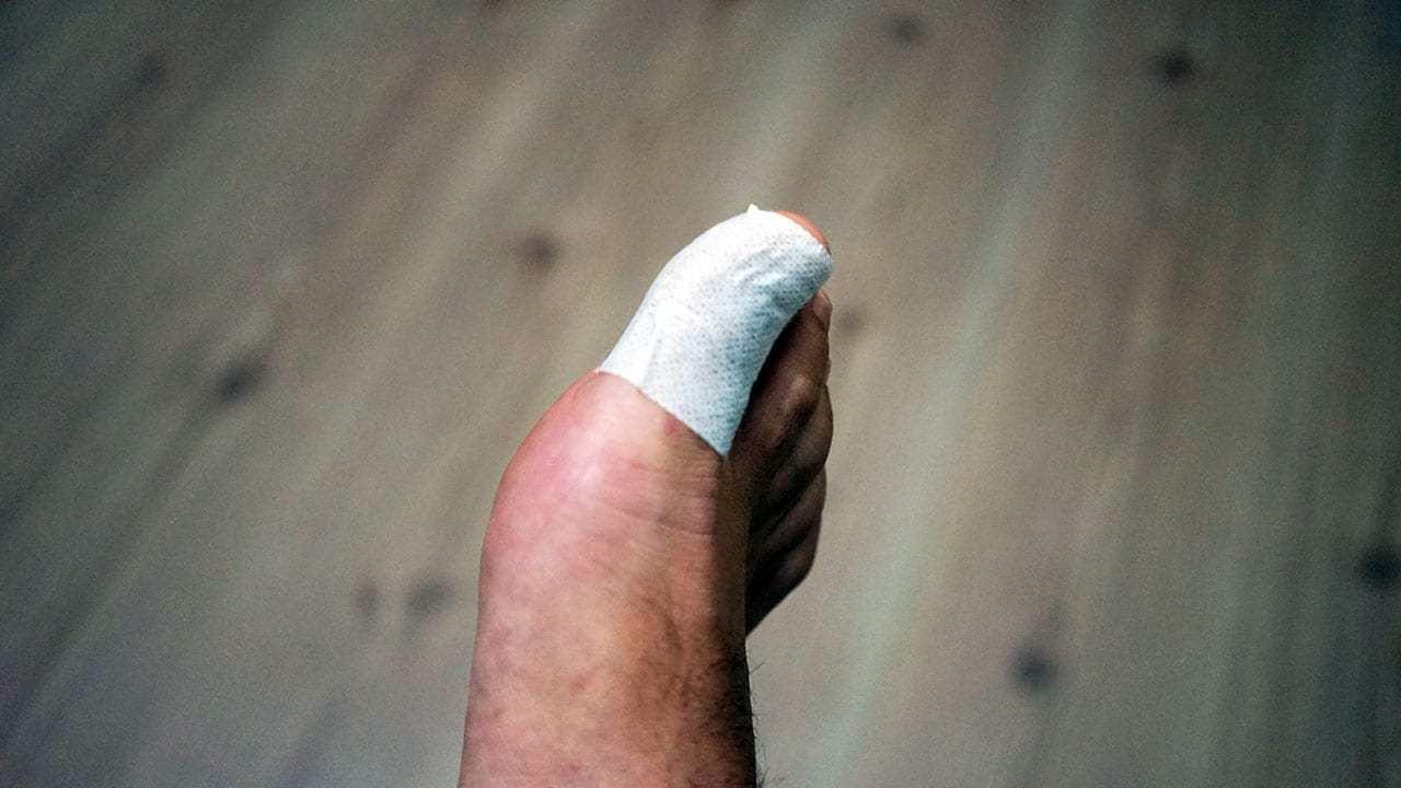 flaster uygulanmış ayak parmağı