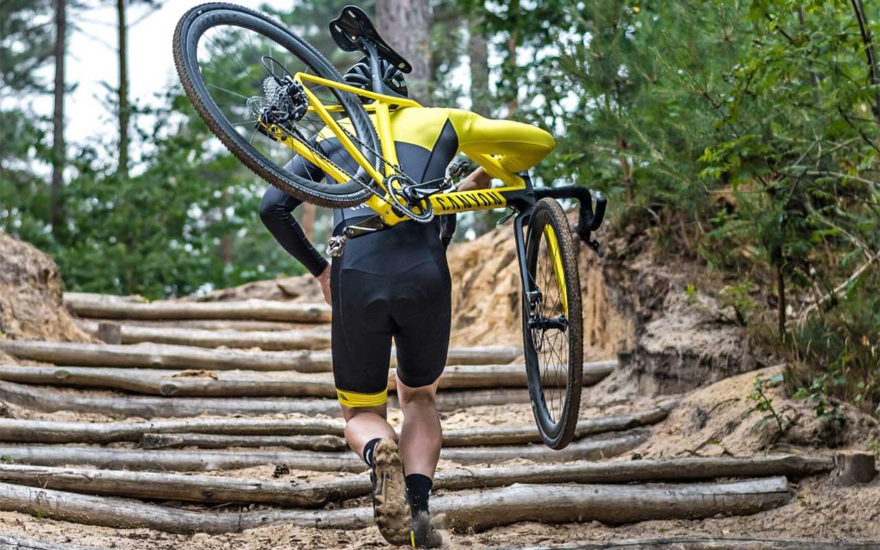 omuzda bisiklet